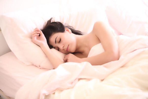 Femme endormie dans son lit